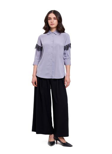 Mizalle Mızalle Dantel Detaylı Gömlek Bluz  Gri